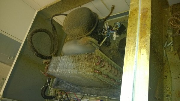 Загрязненный конденсатор в холодильном шкафу