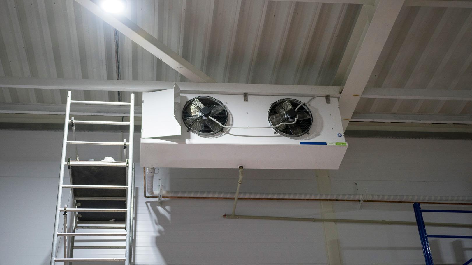 монтаж установка воздухоохладителя холодильной камеры молокозавода